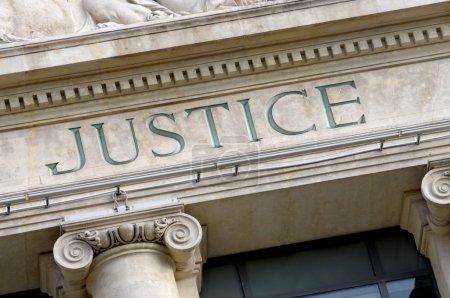 Photo pour Signe de justice sur un palais de justice immeuble - image libre de droit