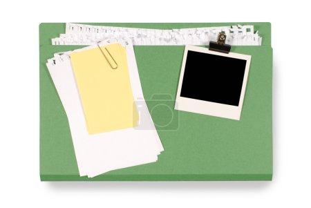 Photo pour Dossier Office avec papier à notes désordonné et impression photo instantanée vierge isolée sur un fond blanc. Espace pour la copie . - image libre de droit