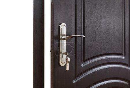 Photo pour Fermé de poignée de porte. Serrure de porte avec clés. Porte en bois brun foncé agrandi. Design intérieur moderne, poignée de porte. Nouveau concept de la maison. Immobilier. - image libre de droit