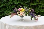 Krásná kytice venku. Svatební floristické dekorace stolu bílá
