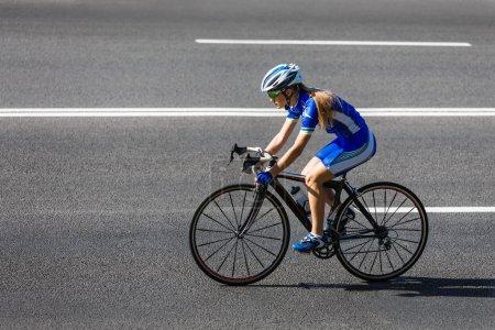 Photo pour Femme sportif cycliste vélo de course. Femme faisant du vélo sur route ou autoroute. Entraînement pour triathlon ou compétition cycliste . - image libre de droit