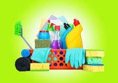 Vielzahl von Reinigungsartikeln in einem Korb