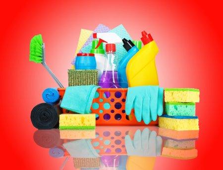 Photo pour Fournitures de nettoyage dans un panier - concept de nettoyage et d'entretien - image libre de droit