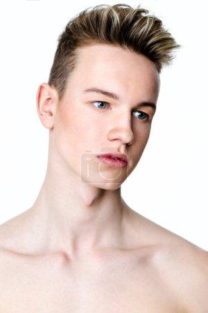 Foto de Closeup retrato de hombre joven con salud limpia piel aislado sobre fondo blanco - Imagen libre de derechos