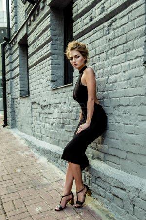 Photo pour Belle jeune femme en robe noire - image libre de droit