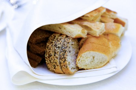 Photo pour Savoureux pain tranché maison sur assiette - image libre de droit