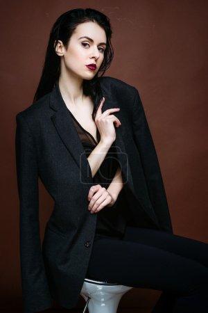Photo pour Portrait de belle brunette modèle féminin posant en studio - image libre de droit