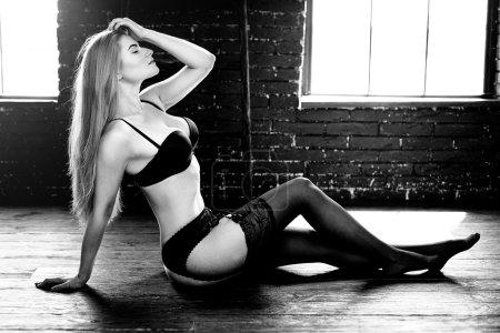 Photo pour Sexy jeune femme portant de la lingerie noire avec soutien-gorge et culotte - image libre de droit