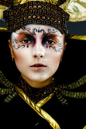 Photo pour Gros plan portrait de belle femme masquée de carnaval vénitien doré, costume de soleil - image libre de droit