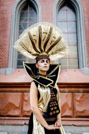 Photo pour Belle Golden Venetian Carnival Masqué femme extérieure, costume de soleil - image libre de droit