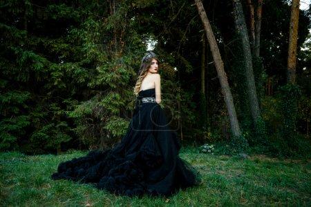Foto de Hermosa mujer de negro magnífico vestido al aire libre. Longitud retrato. - Imagen libre de derechos