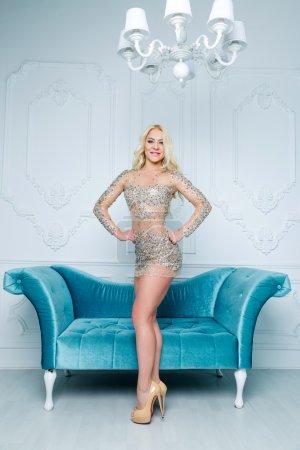 Photo pour Photo de mode de belle femme élégante aux cheveux blonds en robe de paillettes luxueuses à l'intérieur - image libre de droit