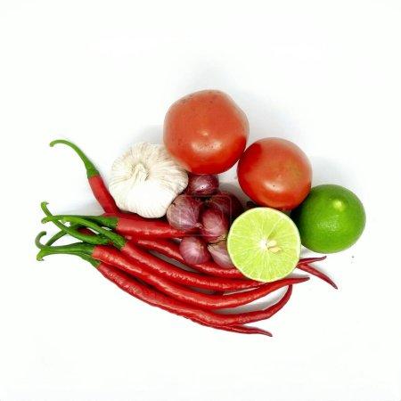 Photo pour Piments rouges, piments aux yeux d'oiseau, ail et échalotes isolés sur fond blanc - image libre de droit