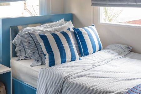 Photo pour Chambre d'enfant moderne avec lit bleu et oreillers bleu design de ton de couleur - image libre de droit