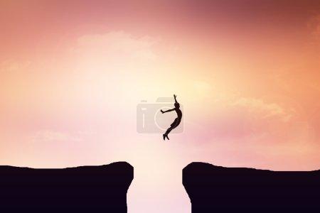 Photo pour Enfants de sauter d'une falaise - image libre de droit
