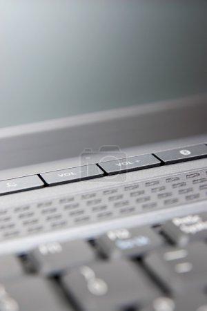Photo pour Boutons de volume sur le clavier d'ordinateur portable. Gros plan - image libre de droit