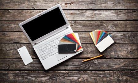 Laptop mit Designer-Farbwatte