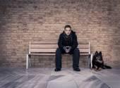Fiatal ember ül egy padon legjobb barátotokkal négy--lábú