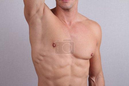 Photo pour Gros plan du torse masculin musculaire, de la poitrine et de l'épilation des aisselles. Epilation masculine - image libre de droit