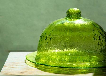 kuppelförmige Abdeckung aus Glas, um Nahrung von Fliegen auf dem Marmortisch fernzuhalten
