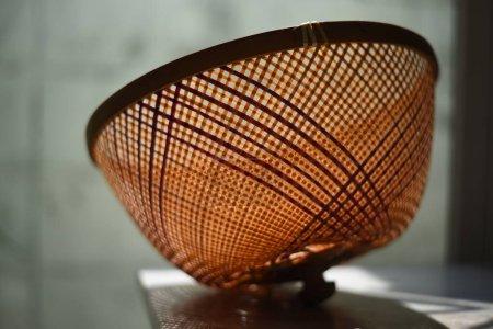 kuppelförmige Abdeckung aus Bambus, um Nahrung von Fliegen auf dem Marmortisch fernzuhalten