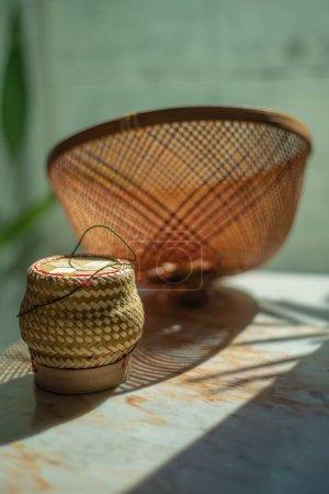kuppelförmige Abdeckung aus Bambus und klebrigem Reisbambuskorb, um Nahrung von Fliegen auf dem Marmortisch fernzuhalten