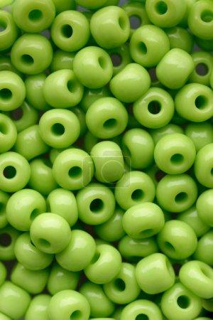 Photo pour Fond et textures : assortiment de perles vertes, fond abstrait - image libre de droit