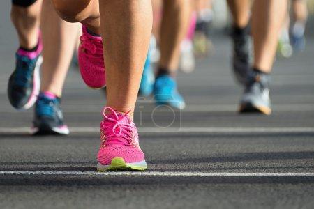 Photo pour Marathon courir course, pieds de coureurs sur route, sport, remise en forme et concept de mode de vie sain - image libre de droit