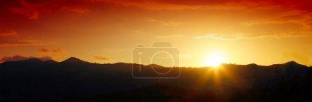 Photo pour Coucher de soleil majestueux dans le paysage de montagnes. Lever du soleil sur la brume de la forêt-noire. - image libre de droit