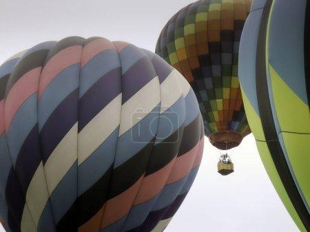 Photo pour Ballons d'air chaud en vol - image libre de droit