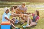 Happy mladých lidí pití alkoholu v přírodě