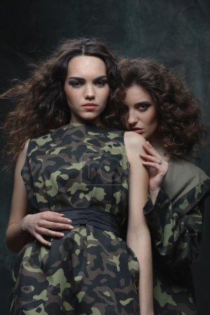 Photo pour L'une des parties au conflit cherche à protéger ses intérêts. Jeunes filles en uniforme militaire - image libre de droit