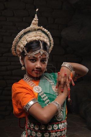 Photo pour Petite fille indienne mignonne dans la pose comique - image libre de droit