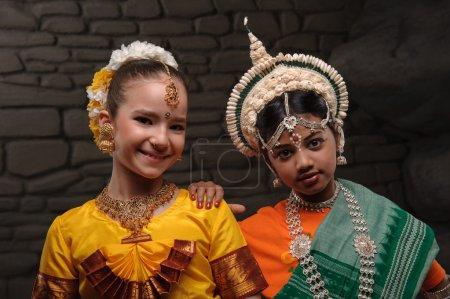 Photo pour Portrait de deux belles jeunes filles. Un symbole d'amitié des peuples. Vêtu de costumes nationaux de l'Inde - image libre de droit