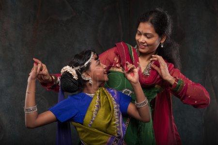 Photo pour Heureuse famille indienne, inspire la mère fille de la culture populaire - image libre de droit