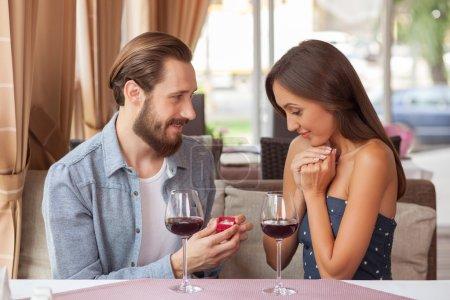 Enthousiaste jeune couple d'amoureux célèbre dans le café