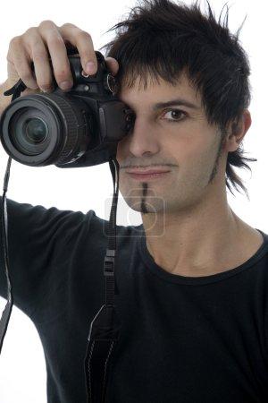 Photo pour Jeune photographe de faire une photo avec l'appareil photo numérique dslr, isolé sur blanc - image libre de droit