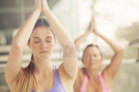 femmes faire du yoga