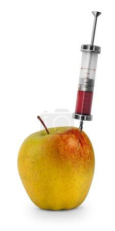 Photo pour Liquide rouge injecté dans la pomme. Concept pour les aliments génétiquement modifiés. OGM pomme sur fond blanc - image libre de droit