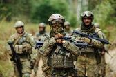 """Постер, картина, фотообои """"солдат стоит с оружием и ожидает"""""""
