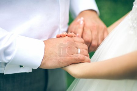 Photo pour Jeunes mariés mains gros plan - image libre de droit