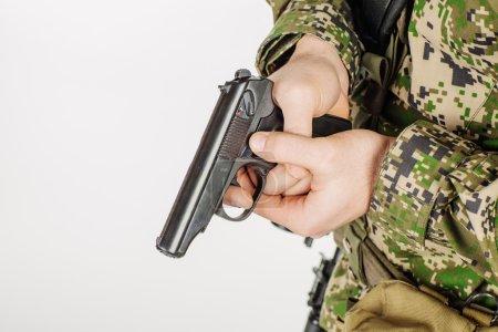 Soldat tenant une arme de poing russe 9mm PM (Makarov ).
