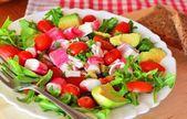 Míchaný zeleninový salát s krabí tyčinky a avokádem