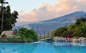U bazénu s krásným výhledem na Puerto de la Cruz. Kanárská Islands.Spain