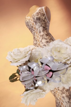 Photo pour Présentation de mode de mariage avec bouquet - image libre de droit