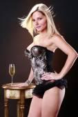 Blondýnka se sklenkou vína