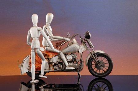 Photo pour 2 mannequins font une balade à vélo - image libre de droit