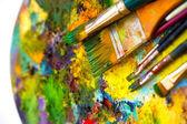 "Постер, картина, фотообои ""Кисти для живописи палитра с цветами на белом фоне"""