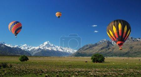 Photo pour Ballons colorés flottant sur Mt. Cuisiner - image libre de droit