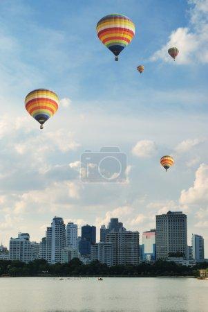 Photo pour Ballons colorés flottant sur le gratte-ciel de Bangkok - image libre de droit